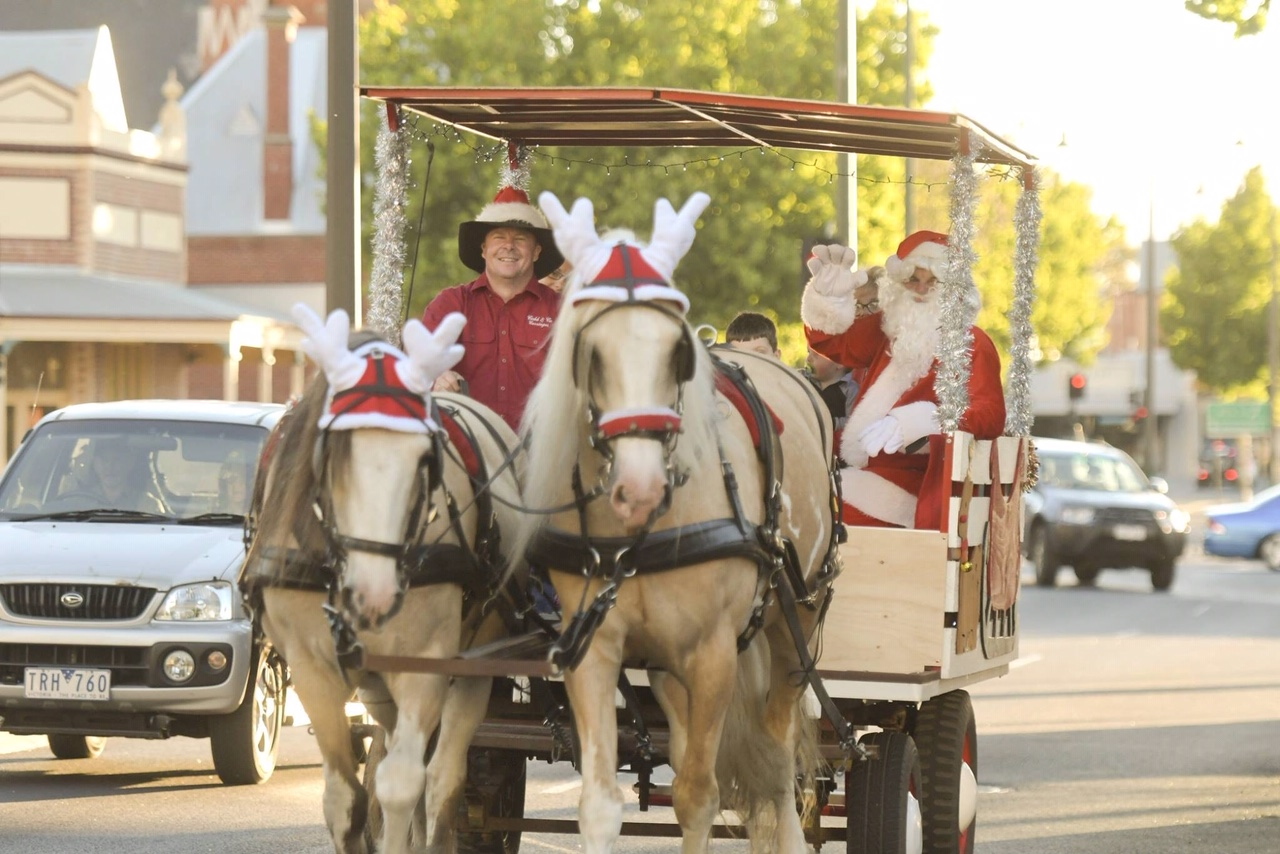 Horsedrawn Christmas tours with Santa